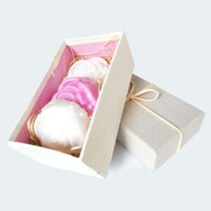 Σύνθεση δώρου με αρωματικά σαπούνια τριαντάφυλλα