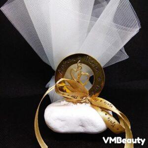 Μπομπονιέρα γάμου με κόσμημα καρδούλες σε βότσαλο